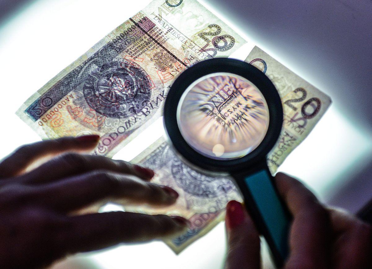 Inwestorzy spodziewają się osłabienia złotego. Głównie przez politykę
