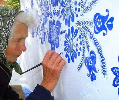 90-letnia mieszkanka wioski Louka od 40 już lat zamienia przydrożne kapliczki w dzieła sztuki