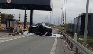 BMW uderzyło w nieczynny punkt poboru opłat na S8. Licznik zatrzymał się na 200 km/h