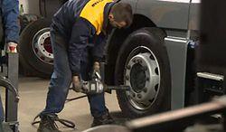 W ciężarówkach wymiana opon na zimowe to nie jest łatwe zadanie