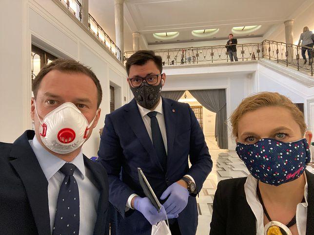 Posłowie w maskach na posiedzeniu sejmu