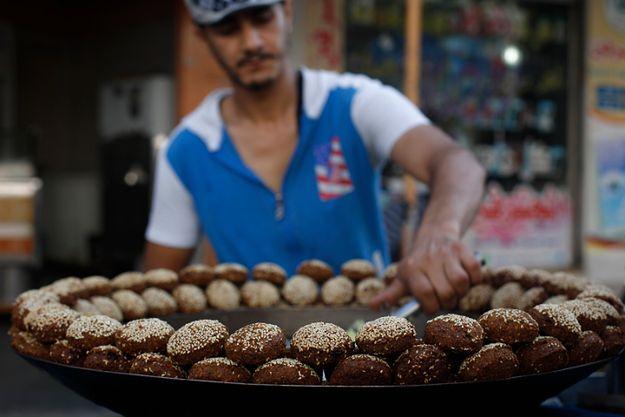 Uliczny sprzedawca przygotowuje falafele, którymi będzie handlował wieczorem