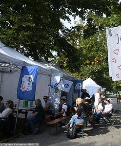 """Protest medyków w Warszawie. """"Białe miasteczko"""" pod KPRM. Protestujący: Została przekroczona granica bezpieczeństwa"""