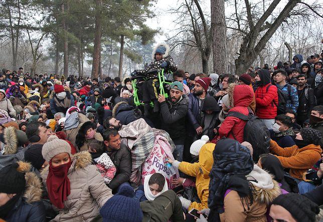 Turcja otworzyła granicę. Tysiące uchodźców z Syrii chcą przedrzeć się do Grecji. Frontex wysyła posiłki