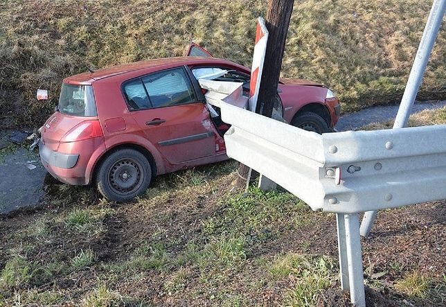 Podkarpackie. Śmiertelny wypadek w Jedliczu. Kierowcę zabiła bariera energochłonna.