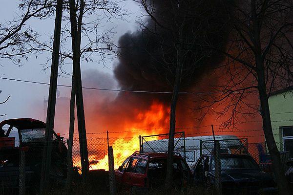 50 samochodów w ogniu. Ktoś je podpalił? - zdjęcia