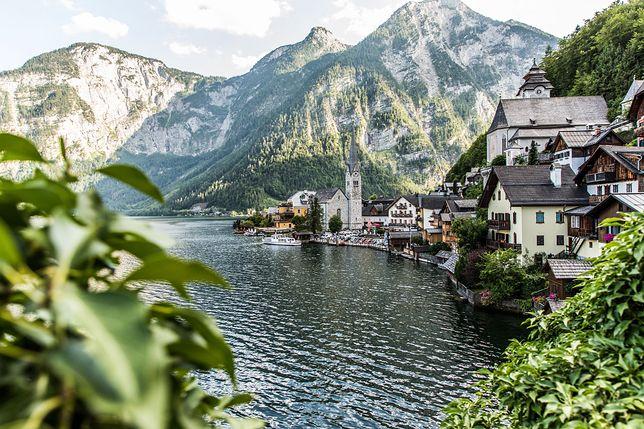 """Austriackie Hallstatt wygląda jak z """"Krainy Lodu? To nie przypadek"""