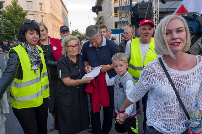 Magdalena Dobrzańska-Frasyniuk z rodziną na proteście