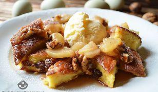 Omlet z karmelizowanymi owocami i lodami. Pomysł na słodkie śniadanie lub deser