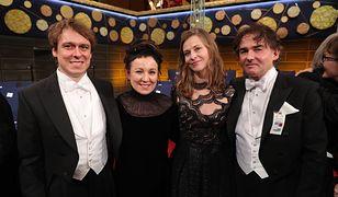 Olga Tokarczuk z mężem, synem i jego narzeczoną.