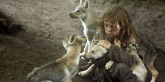 """Kadr z filmu """"Przeżyć z wilkami"""" (2007), który nakręcono na motywach rzekomych wspomnień oszustki"""