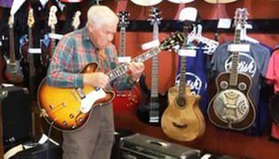 81-latni wirtuoz gitary. Jego koncert robi furorę w sieci