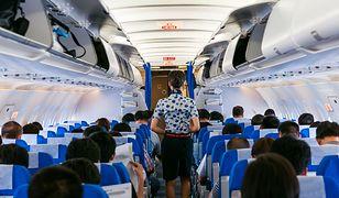 Pasażerkę samolotu wyprowadzono z powodu niewłaściwego obuwia.