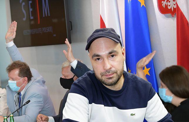 """Jakub Żulczyk w bezpardonowy sposób skomentował forsowanie """"lex TVN"""" przez PiS"""