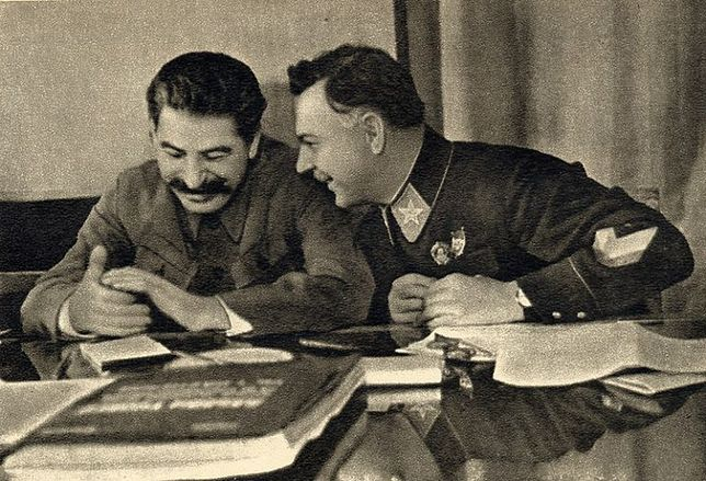 Dla Stalina wspólne picie wódki oraz innych napojów wyskokowych było czymś więcej niż wesołym spędzaniem czasu. Stanowiło istotny element wizerunku prawdziwego mężczyzny