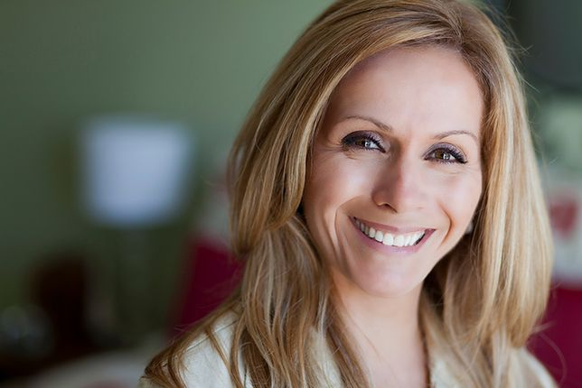 Promienna cera, podkreślone makijażem oczy i usta - to pomoże ci poczuć się młodziej
