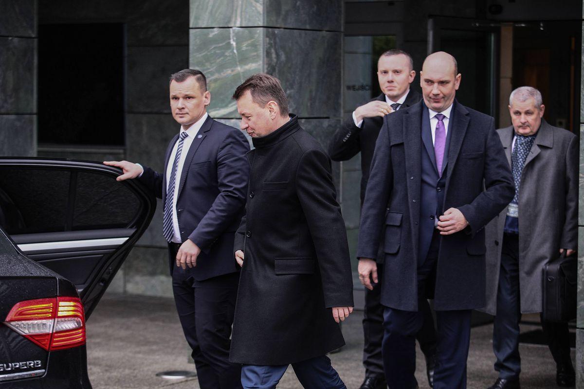 """Zmiana szefa MON i """"wraca normalność"""". Błaszczak nic nie robi sobie z obietnic Macierewicza"""