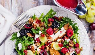 Sezonowa sałatka z kurczakiem, malinami i jeżynami