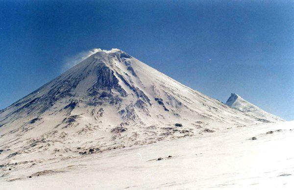 Kluczewska Sopka ma wysokość 4750 metrów nad poziomem morza