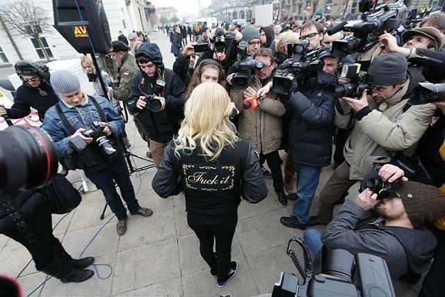 Doda protestuje przed Pałacem Prezydenckim - zdjęcia