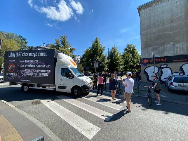 """Warszawa. Obywatelska blokada ciężarówki """"Pro - Prawo do Życia"""". Wstrzymana na pół godziny"""