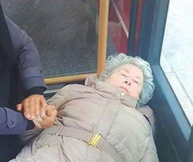 Staruszka zasłabła w autobusie. To zdjęcie podbiło internet