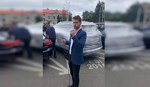 Samochód prezydenta Sieradza owinięty folią. Akcja lidera nowej partii