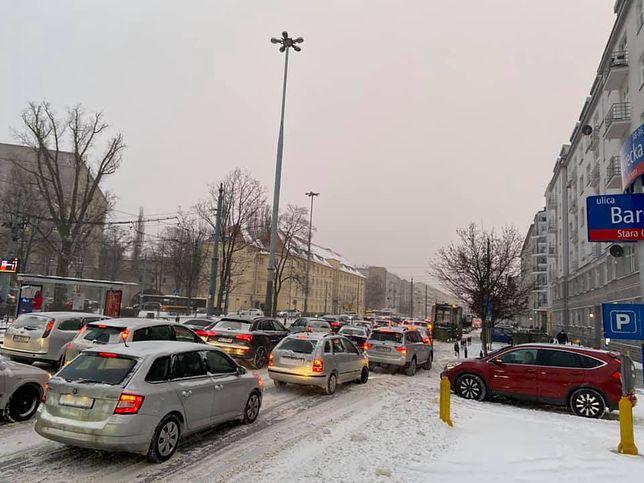 Warszawa. W poniedziałkowe popołudnie korki tworzą się m.in. na Ochocie