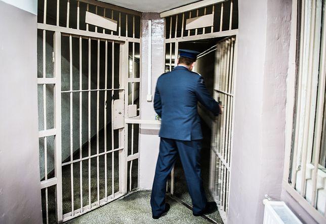 Boss wnuczkowej mafii opuścił areszt na Białołęce