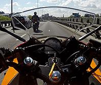 Motocyklem 125 cm3 w miasto. Czy kierowca samochodu da sobie radę?