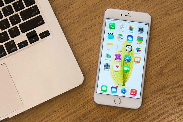 Pierwszy iPhone, który dzięki swoim sporym rozmiarom można określić mianem phabletu (czyli czymś pomiędzy telefonem a tabletem). Apple w końcu po latach oporu uległ rynkowym trendom i naciskom użytkowników. I okazała się to decyzja jak najbardziej słuszna. Już w ciągu pierwszych kilku miesięcy sprzedaży iPhone 6 Plus zagarnął dla siebie 41 procent światowego rynku tego typu urządzeń. Miłośnicy telefonów z jabłuszkiem zdecydowanie czekali na coś o większej przekątnej ekranu i kiedy w końcu to dostali, rzucili się do sklepów.