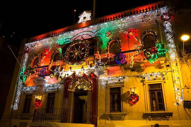 Co roku na ulicach głównych miast na Malcie i na Gozo organizowane są plenerowe imprezy sylwestrowe z koncertami na żywo