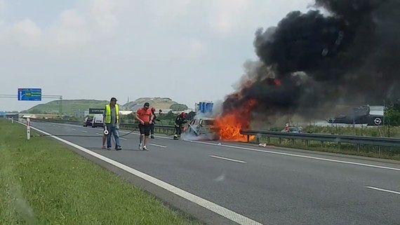 Samochód stanął w płomieniach na trasie A2. Mamy film