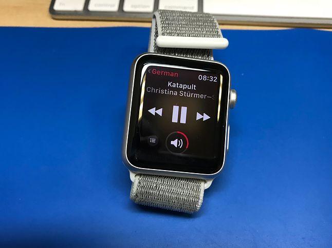 Apple Watch jako pilot może zarządzać odtwarzaniem muzyki z telefonu lub komputera. Funkcja bardzo wygodna w środkach komunikacji miejskiej, gdy wygodniej coś przełączyćna zegarku niż szukaćtelefonu.