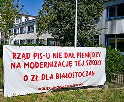 Radny PiS oburzony banerami na szkołach. Białystok nie chce się ich pozbywać