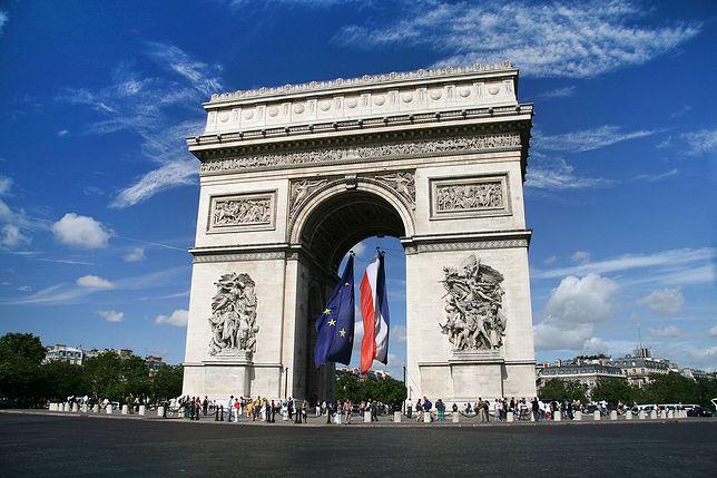 Łuk Triumfalny w Paryżu upamiętnia poległych w wojnach napoleońskich