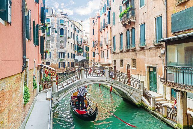 Wenecki kanał z gondolierem