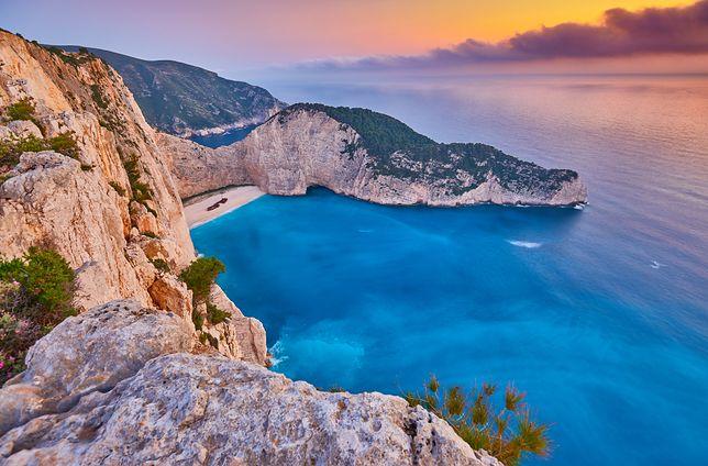 Na greckie wyspy turystów od lat przyciągają takie magiczne miejsca, jak Zatoka Wraku na Zakynthos