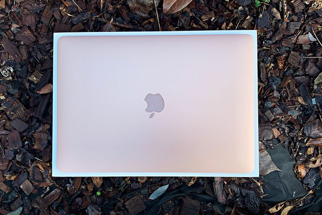 Złoty MacBook Air. W sprzedaży dostępny jest jeszcze model srebrny i space grey (gwiezdna szarość).