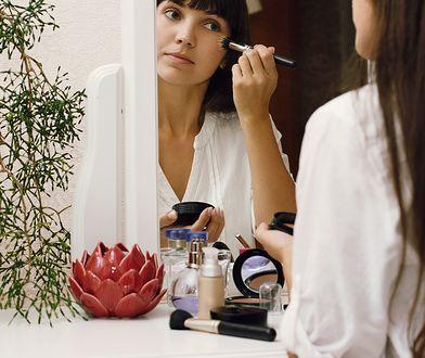 Sypki, transparentny puder doskonale dopełnia makijaż