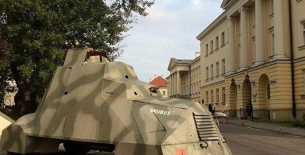 Odrestaurowany skarb Powstania Warszawskiego przed bramą UW