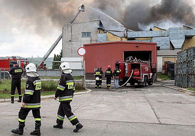 26 zastępów straży i samoloty gaśnicze. Pożar zakładu
