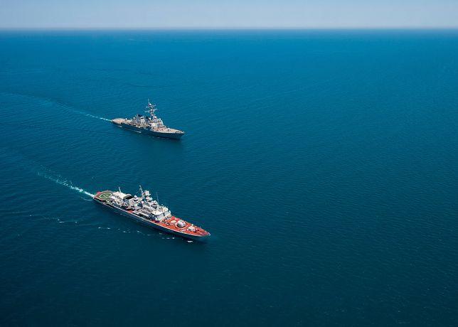 Ukraińska fregata Hetman Sahajdaczny i amerykański niszczyciel USS Ross podczas wspólnych ćwiczeń na Morzu Czarnym