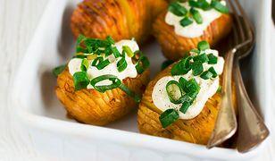 Ziemniaki Hasselback. Pieczone ziemniaczki z dodatkami