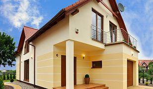 Utrzymanie domu na wsi zazwyczaj generuje wyższe koszty niż utrzymanie mieszkania w bloku.