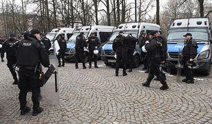 Policjanci z gazem pod Sejmem. Mucha: łzawiącym? Ziemkiewicz: rozweselającym