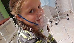 7-letnia dziewczynka czeka na diagnozę lekarza