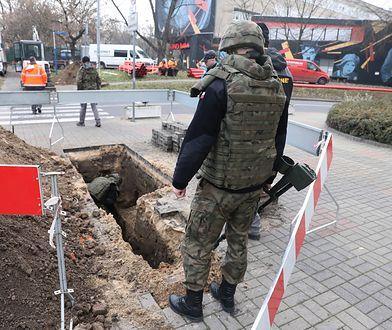 Warszawa. Patrol saperów podczas akcji zabezpieczania niewybuchu na Żoliborzu