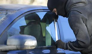 Roztropny kierowca ucieka przed złodziejami samochodów