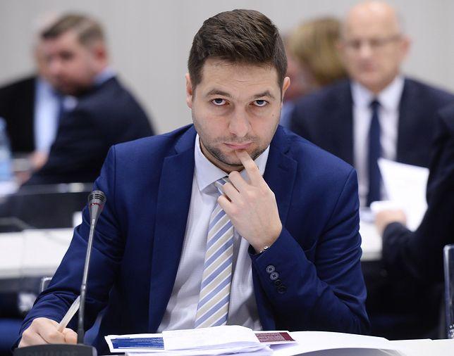 Patryk Jaki nie przykleił serduszka i uderzył w WOŚP. Jurek Owsiak: chłopie, wyluzuj!